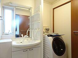 洗面台室は玄関からもLDKからも出入りが可能。シャンプードレッサーの洗面台でとてもきれいにお使いです。(2018年9月14日撮影)