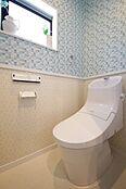 (トイレイメージ)忙しい朝の時間帯に嬉しい1F・2Fトイレ設置。フチレス形状でお掃除ラクラクです。