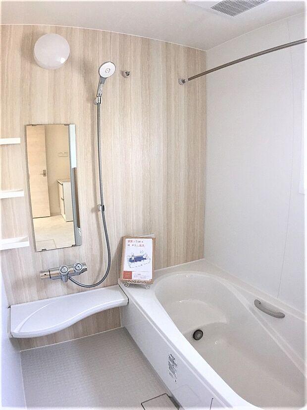 落ち着きのある空間に広々足が伸ばせる浴槽で、心も体もリラックスできそうです。お子様と入るのにも十分な広さが嬉しいですね。