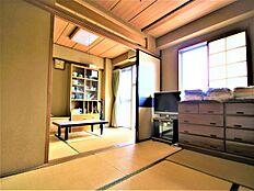 こちらが6畳の和室になります。障子からは明るい陽ざしが入り込み明るいお部屋となっております。