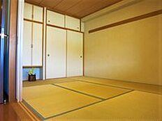 リビングに併設された約6.5畳の和室のようすです。客間としてご利用になられています。