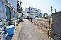 こちらは東側の通路です。パッと見は普通の道路になっていてこちら側から玄関を作って頂いても大丈夫です。