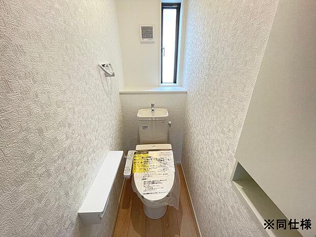 ※同仕様高機能つきシャワートイレは、各階に設けております。便利な収納戸棚付き。汚れがつきにくく、落ちやすいのでお掃除もサッとひと拭きでカンタンです!