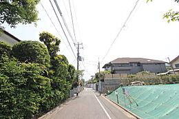 前面道路公道約5.3m。車の通りの少ない道路です。