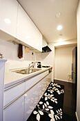 キッチンは3.5帖になります白を基調とした高級感漂う仕様になっておりますまた、食品庫もついており、収納スペースもございます