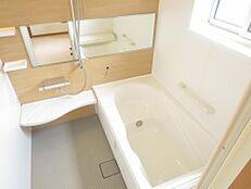 LIXIL製の新品ユニットバスです。浴室は0.75坪から一坪タイプに拡張工事を行いました。ベンチ付きのゆったり浴槽で、ゆっくり半身浴もお楽しみいただけます。
