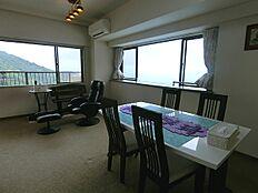 リビングダイニングです。2面採光で明るい室内。海の青と山の緑が同時に楽しめます。