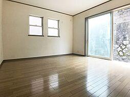 1階10帖の洋室は広々開放的です