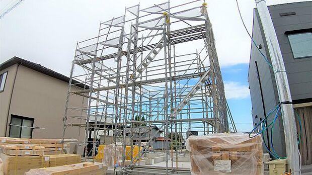 建築中(9月12日現在):10月完成予定の新築住宅!南側道路のため日当たり良好♪同じ建築会社の完成物件を見ることで完成のイメージをすることも可能です!