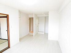 リフォーム済床、クロスの張替えを行いLDKは白を基調とした清潔感と開放感のある空間に仕上がりました。ご家族がくつろげる空間を職人さん達が魂込めて施工致しました。