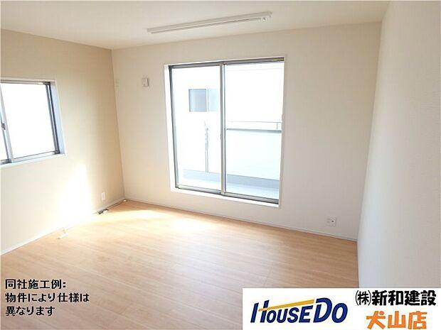 バルコニーに出られる主寝室は南側に窓があり、明るい陽ざしが差しこみます。隣には1FのLDKから2Fにかけて吹抜があるので解放感たっぷりです。