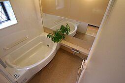 半身浴を楽しめる浴槽とユニットバスのサイズはゆとりの1620サイズです。窓もあるので換気も十分行えます。