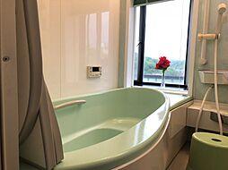 ゆったりと入れる1坪タイプのお風呂が魅力