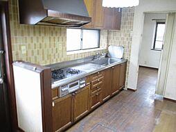 現在リフォーム中 キッチン写真です。新品の永大産業製システムキッチンに交換する予定です。天井と壁のクロスを張り替えて、床はフローリングを張り替える予定です。