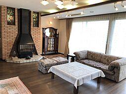 冬に嬉しい暖炉がリビングにあり、暖かいだけではなくお部屋の雰囲気もまったりとしていてお洒落な空間です