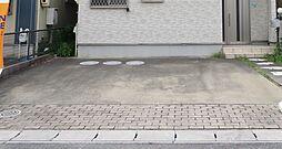 駐車場。駐車スペースは並列2台分を確保しています。前面道路にもゆとりがありますので駐車が苦手な方でも安心です。