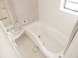半身浴もできる広々とした湯船。窓付なので日を浴びながらの入浴も気持ちよさそう。