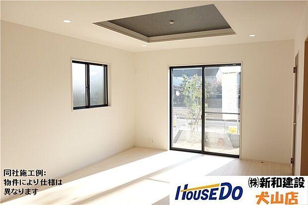 折り上げ天井のリビングは天井の中央部分が一段高くなっていることで開放感を演出。空間に奥行きが生まれ、部屋を広く見せることができます。