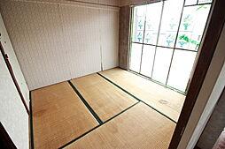 バルコニーで出入りできる居室は布団干しに便利です
