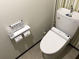 壁紙がおしゃれなトイレです。