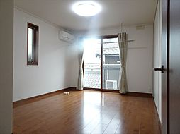 7帖の洋室。南側には、室内物干しが設置してあるので雨の日の洗濯物をここで干していただくことが可能。(2018年9月14日撮影)