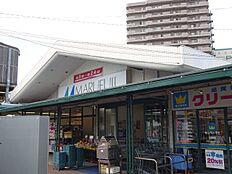 スーパーマルフジ。新鮮な生鮮品が手に入る青梅市民御用達のスーパーマーケット。駐車場も多数あります。千ヶ瀬町店は、マクドナルドも併設。 徒歩 約13分(約1000m)