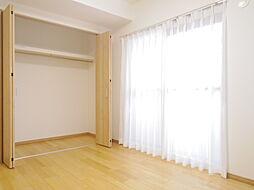 約6.1帖の洋室にはクローゼットあり、東向きに窓があり夏場でも昼間の直射日光が当たりません