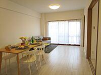 居間(洋室と繋がっている広々としたリビングです。)