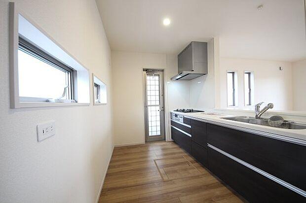 リビングで遊ぶお子様の様子をうかがいながら料理が出来る対面式キッチン♪シンプルなデザインは汚れもお掃除しやすいシンプル構造!引き出し式収納もたっぷりです♪同社施工物件になります。