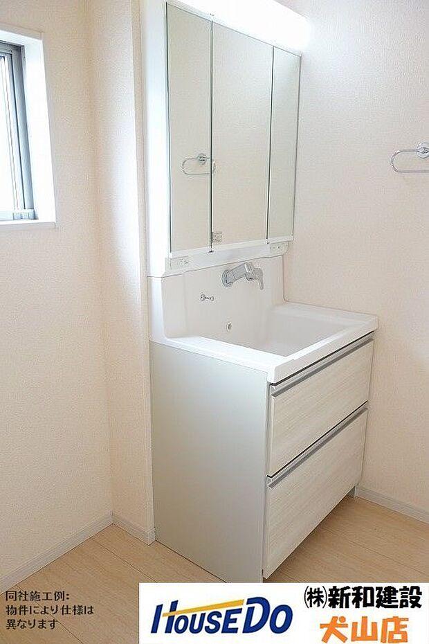 洗面ボウルが大きく作られており、使いやすさもお掃除のしやすさも◎三面鏡の裏側に収納スペースを設置し化粧品や洗面小物などをすっきりと収納できます♪