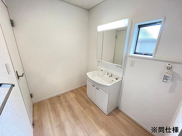 ※同仕様湿気のたまりやすい洗面所も、小窓があるので換気でき衛生的です。
