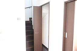リビング階段です。階段下収納は広いスペースがございます。