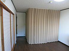 生活感を出さぬようにキッチン部分をカーテンで見えない様にお洒落に工夫されております。