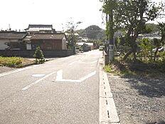 北西側幅員約6mの前面道路です。