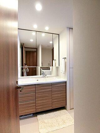 洗面室。三面鏡...