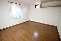 1階10帖洋室独立した居室のため、個室や来客の宿泊にも使える便利な居室です。