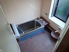 リフォーム前浴室は現在のタイル張りの浴室を解体し、ユニットバスを設置予定です。新しいお風呂で癒しの空間に仕上げます。