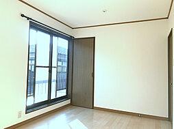 2F南東側洋室は日当たりも良くバルコニーにも面しております。(2)