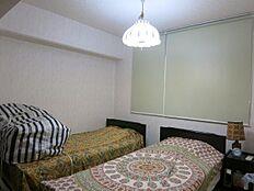 奥の洋室は寝室として使用しております。