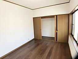 「2階洋室」大き目の収納付きです。