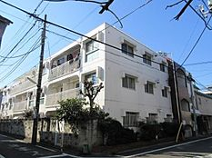 閑静な住宅街に佇む3階建てのマンションです