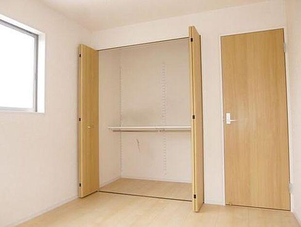 写真は同施工会社のものです。洋室にクローゼット、和室に押入れとファミリー向けならではの収納力。