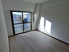 バルコニー面の明るい洋室