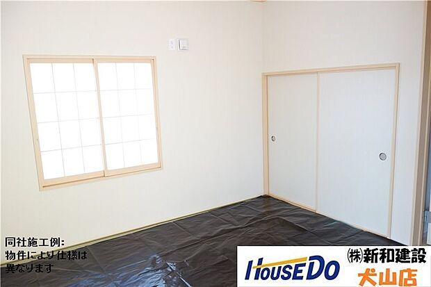 リビングの隣には、来客時には客間にもなる便利な和室があります。リビングも広々使用でき、畳があると気持ちも和みますね。