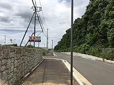 北側接道より西方向を撮影