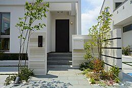 住まいの第一印象を大切にした玄関。より一層の拘りを持ってデザイン致しました。理想の住まいには欠かせないエクステリアは住まいの存在感を高めていきます。建物プラン例/建物価格1755万円、建物面積89.