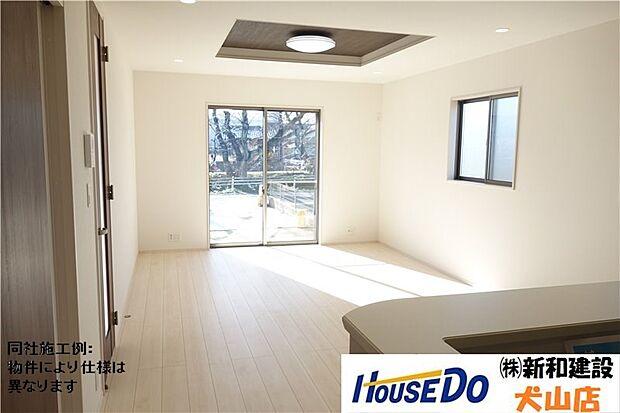 南側に大きなシャッター付き窓のある広いリビング。折上天井がアクセントになり、お部屋を更に広く感じさせてくれます。