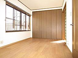 「2階南側洋室」約7.5帖、大型クローゼット付