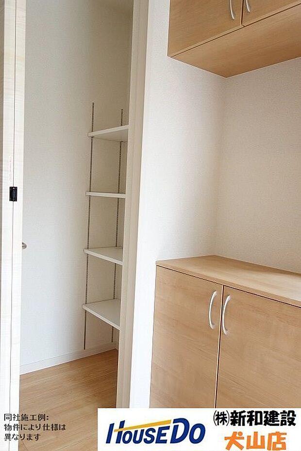 玄関収納は可動棚なので使い勝手自由です。想像以上に収納力に優れています。外出時に必要なものを保管したり、様々な用途でお使い頂けます。