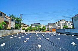 2世帯住宅などをお考えのお客様には嬉しいサイズの108坪の広々とした分譲地となっています。